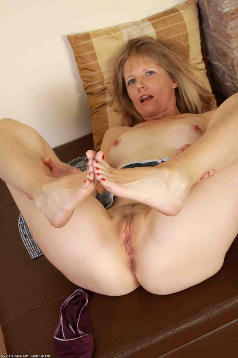 Сексуальная баба за 40 с мокрой щелкой