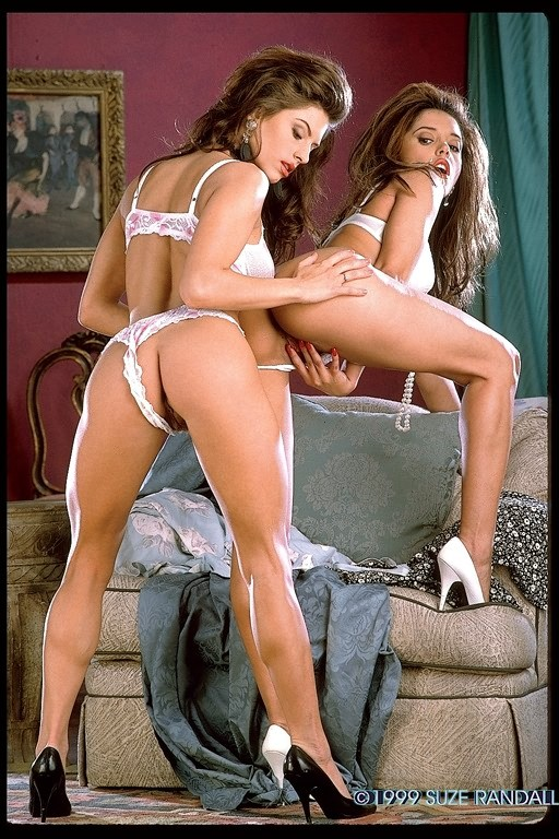 Две сексуальные подружки лижут красивые сиськи