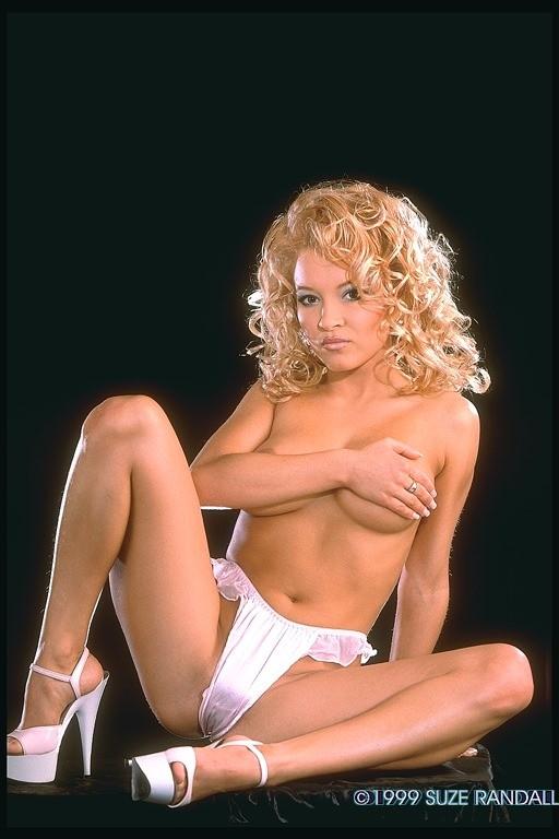 Кудрявая голая блонда с красивой попкой