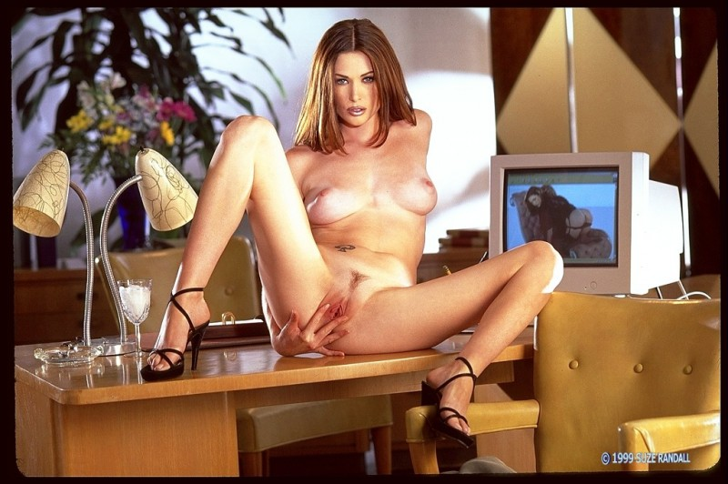 Сексуальная девушка раздвигает ноги