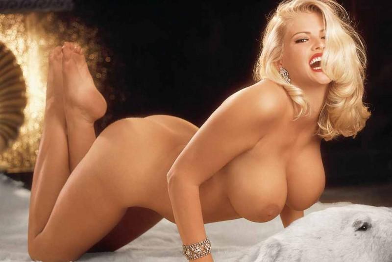 Голая блондинка с большими сиськами