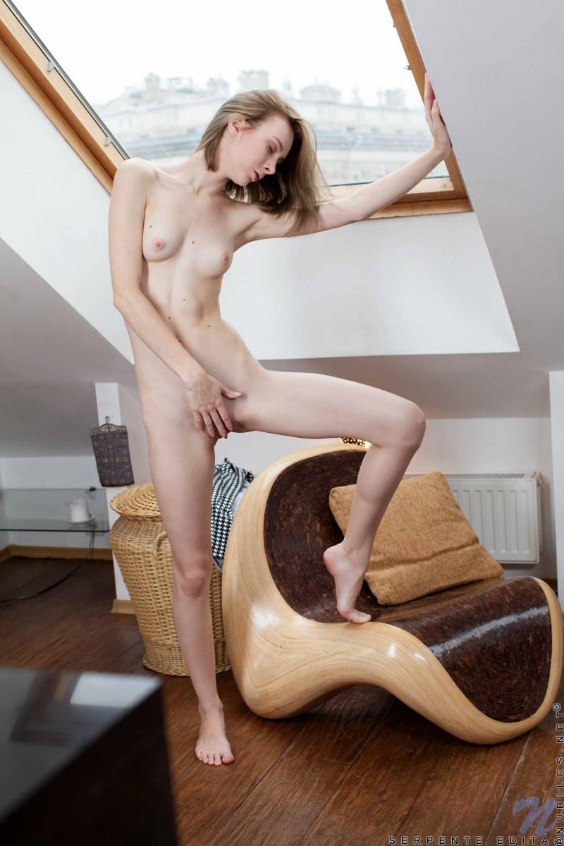 Сексуальная девушка с маленькими сиськами