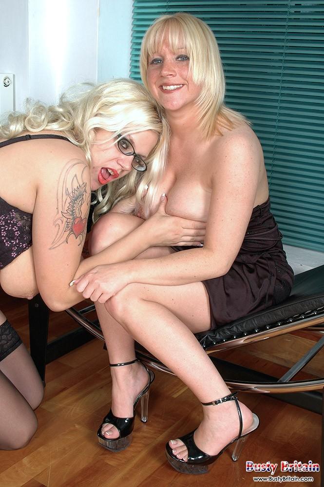 Две голые девушки с большими сисясндрами