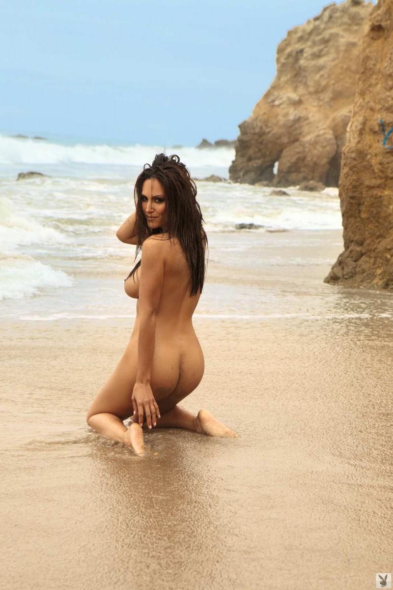 Голая телка с упругой попкой на пляже