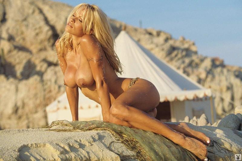 Голая блондинка показала большие сиськи