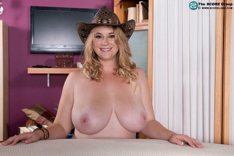 Сочная дама в шляпке с большой пиздой