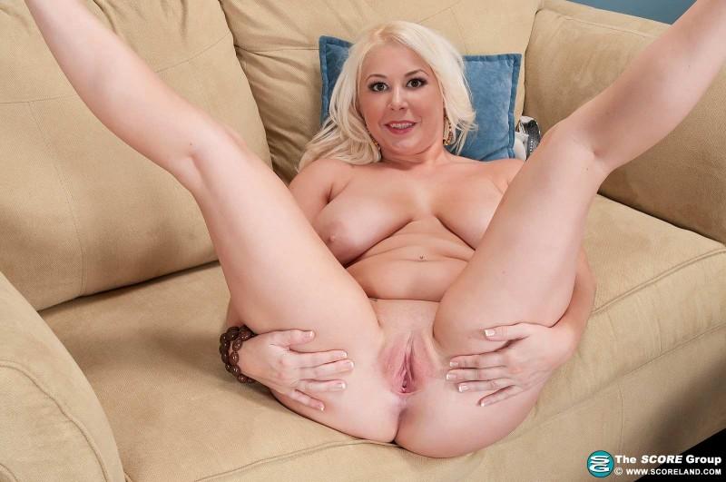 Потрясающая блондинка с висячими сиськами