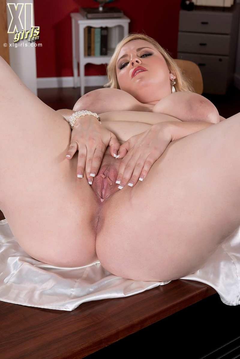 Красивая жопа у пышной блондинки