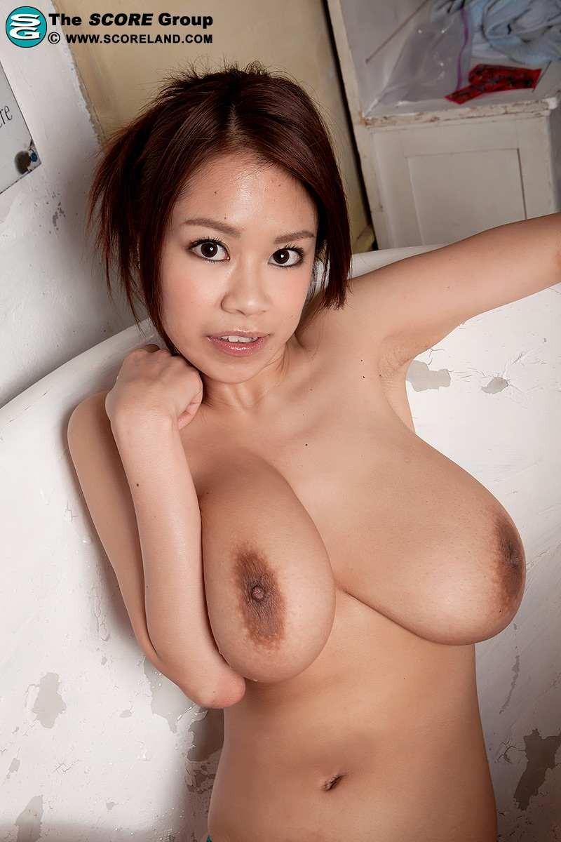 Красивая японка раздевается на камеру