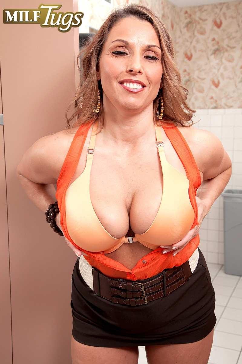 Шикарная баба в одежде показывает дойки