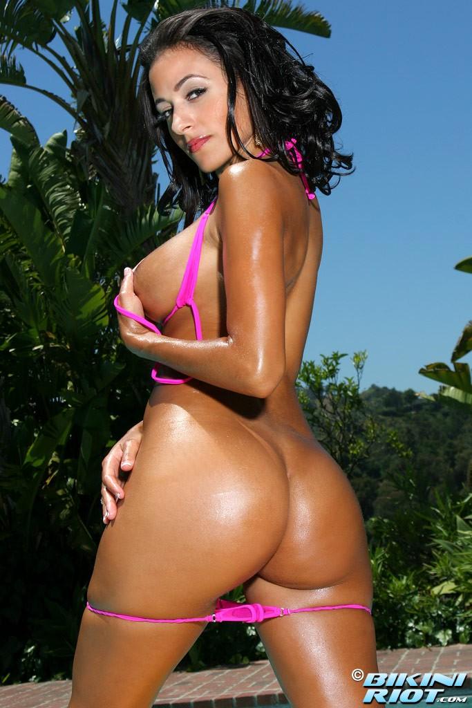 Знойная голая бразильянка с мокрой попкой