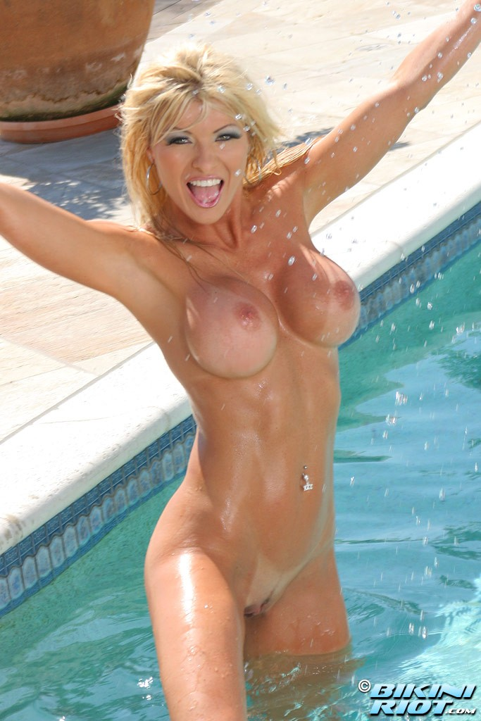 Шикарные мокрые сиськи голой блондинки