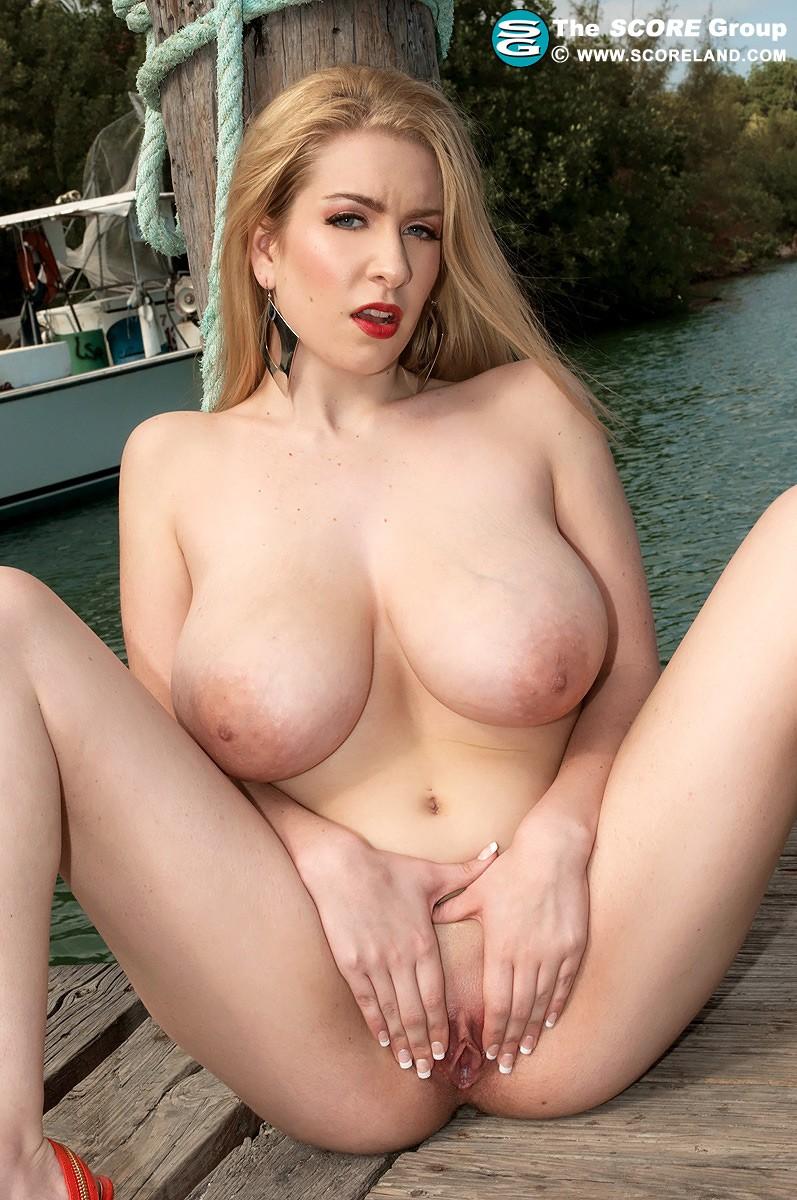 Голая блондинка с большими сиськами на улице