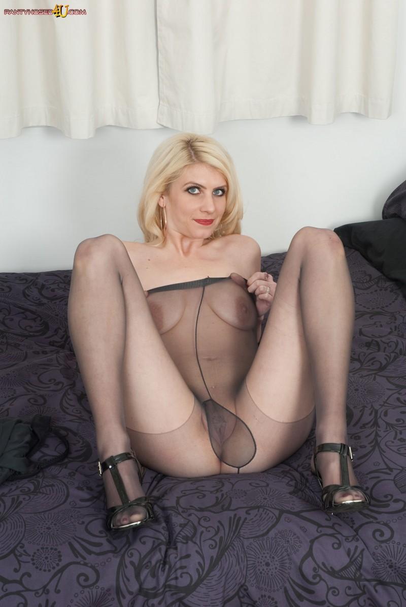 Голая блондинка показывает красивую попку