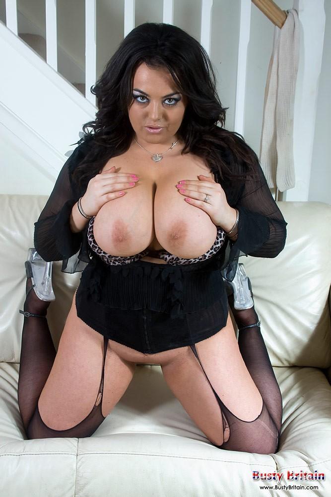 Сексуальная женщина показывает огромные сиськи