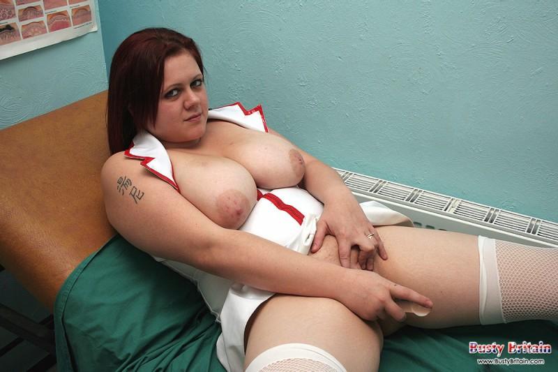 Голая медсестра лижет свои соски