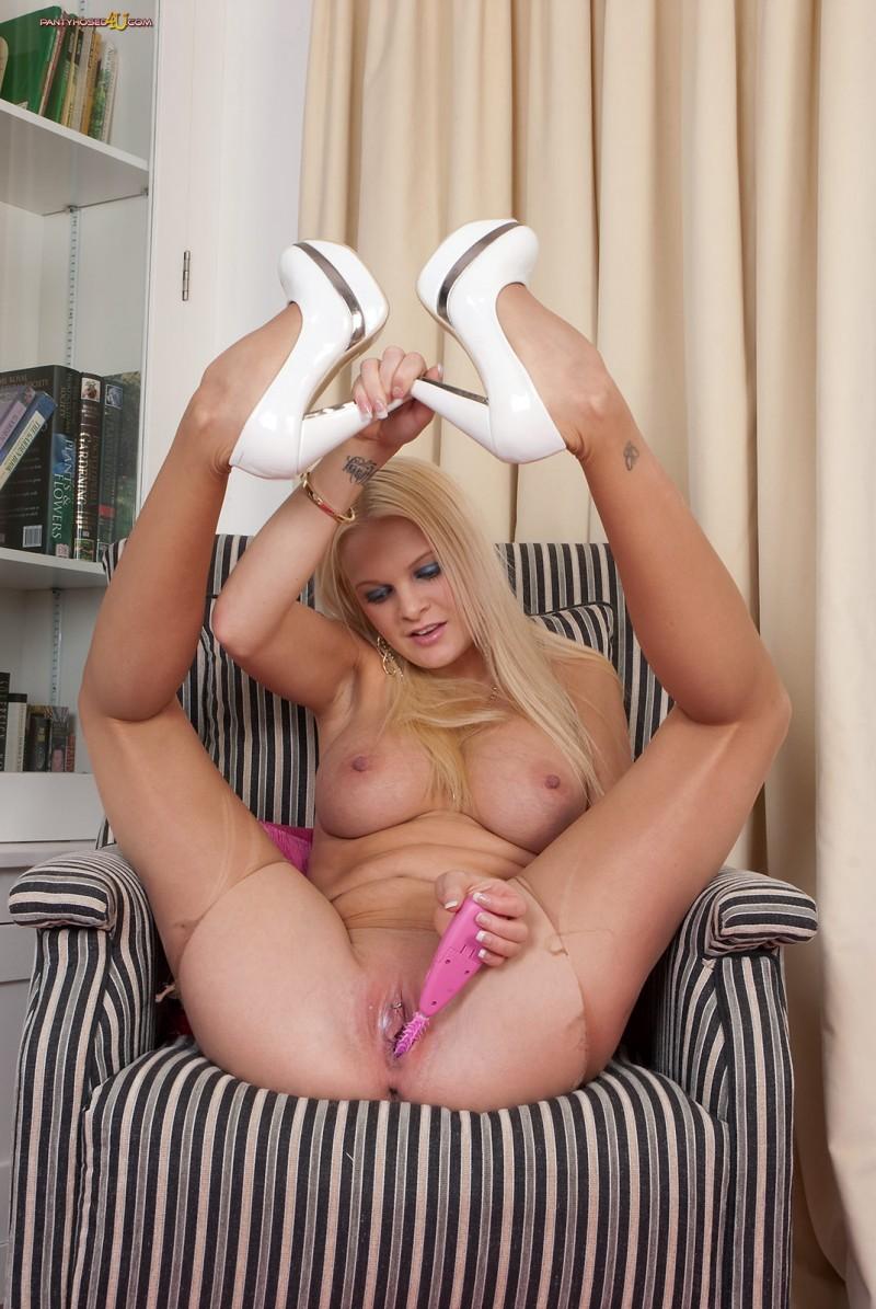 Голая блондинка с сексуальной попкой