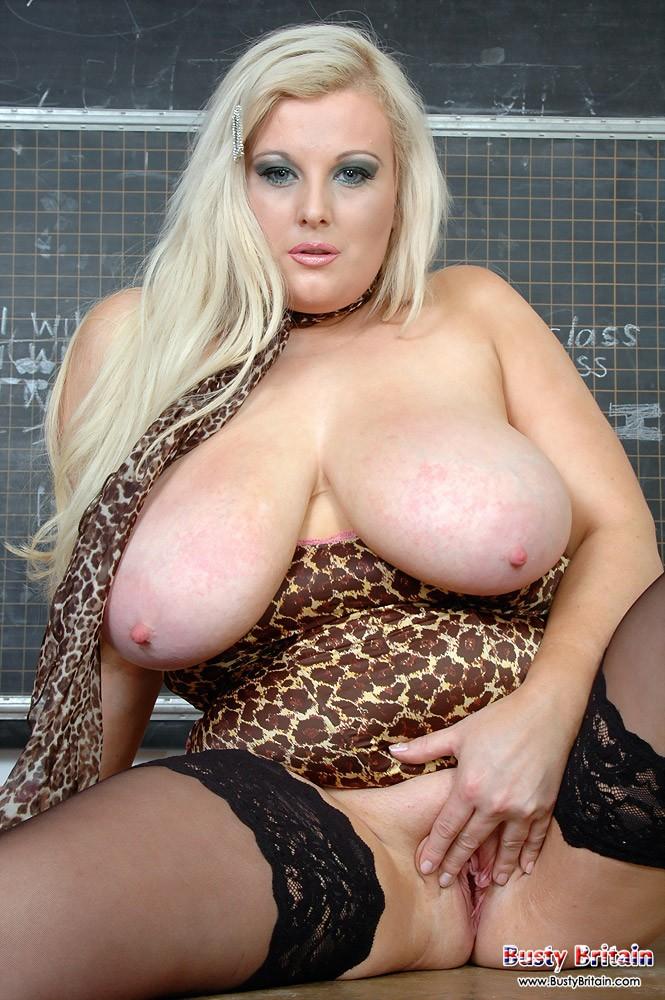 Огромная задница голой блондинки