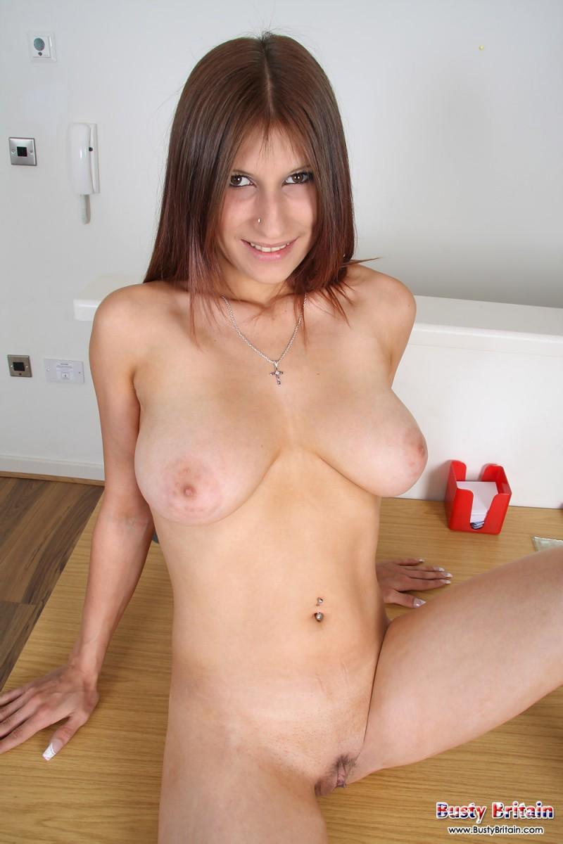 Сексуальная девушка раздвигает ноги и показывает красивую пизду