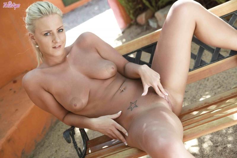 Красивая блондинка с бритой писькой