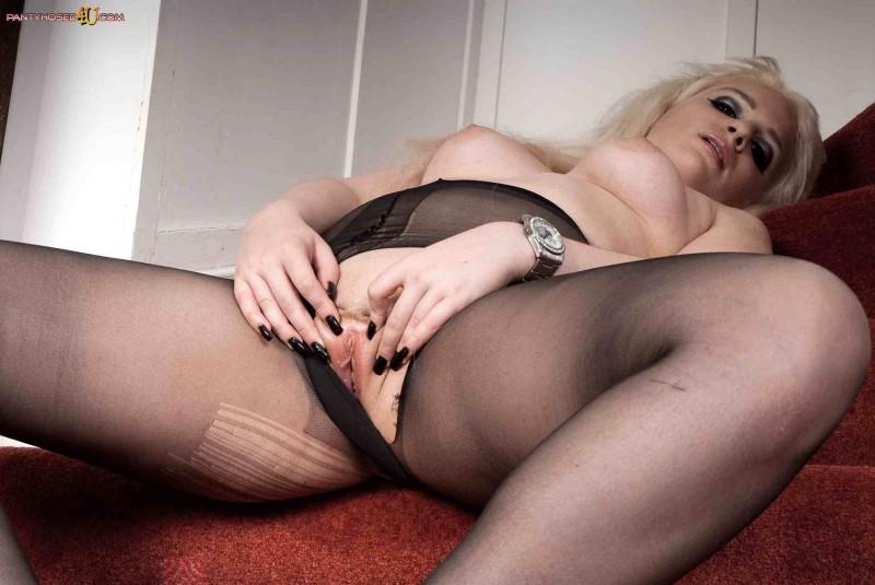 Голая блондинка с красивым телом
