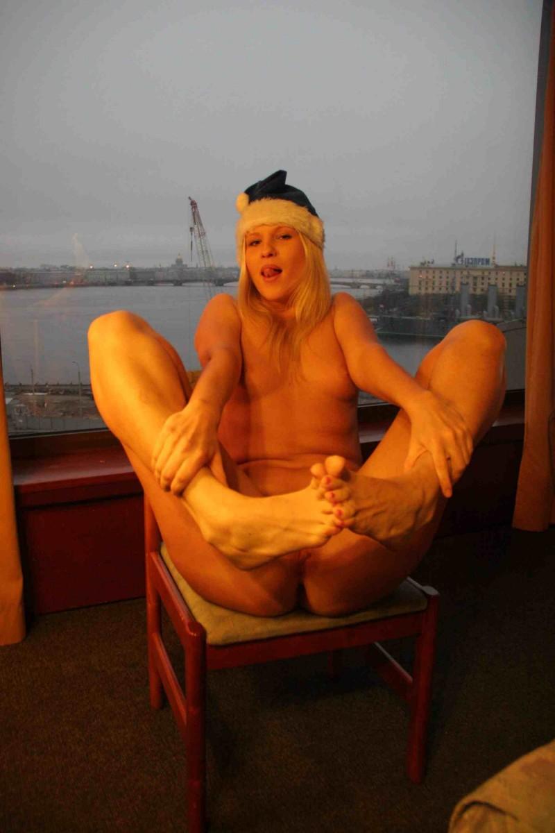 Русская сучка раздвинула ноги