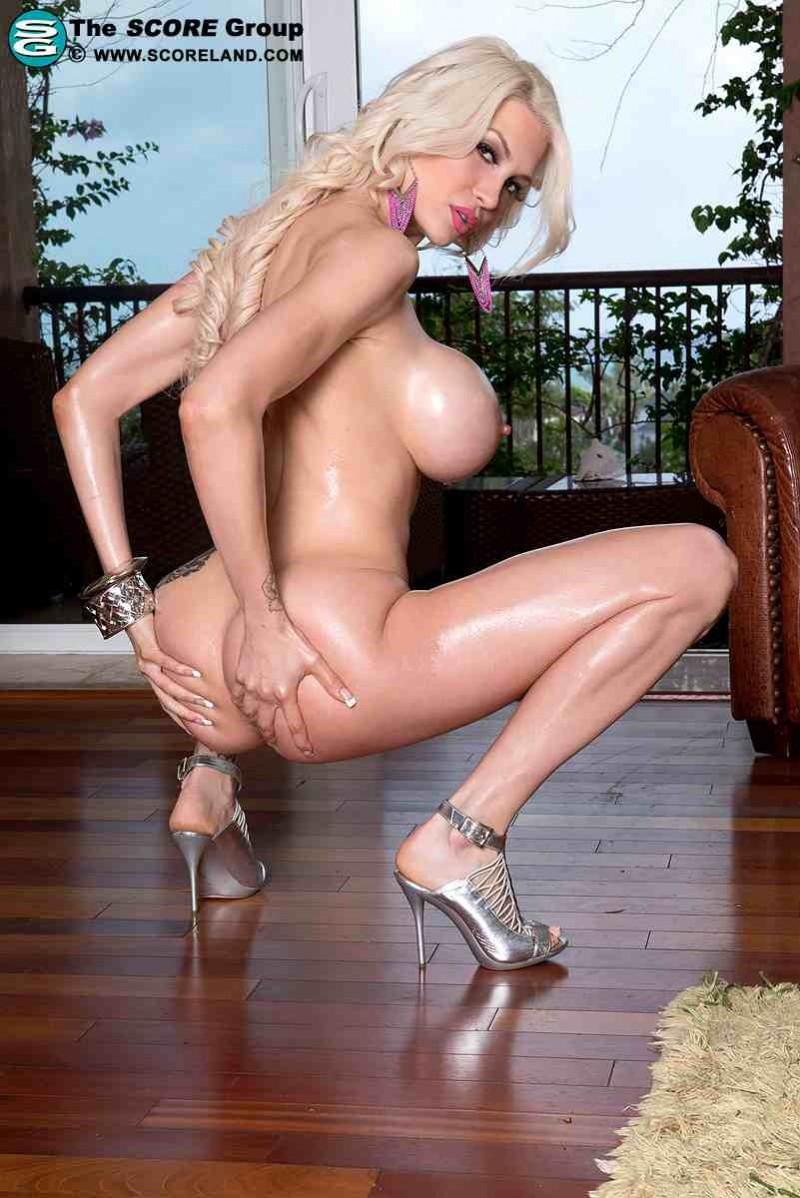 Голая блондинка с огромными силиконовыми сиськами
