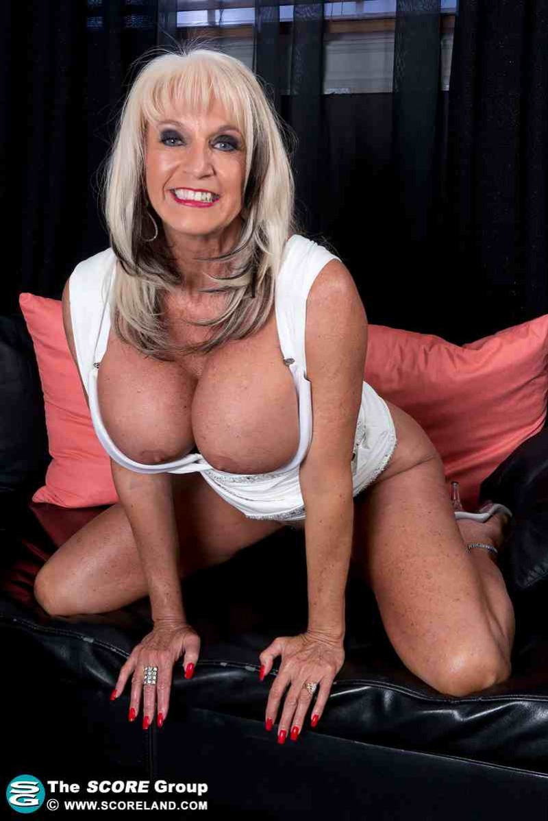 Сексуальная дама за 40 с большими сисяндрами