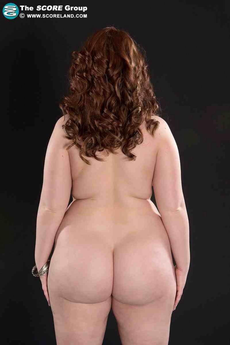 Голая толстушка с красивой попкой