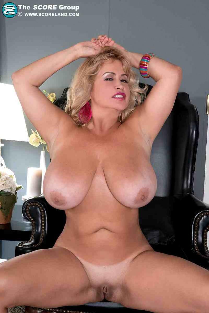 Сочная голая блондинка