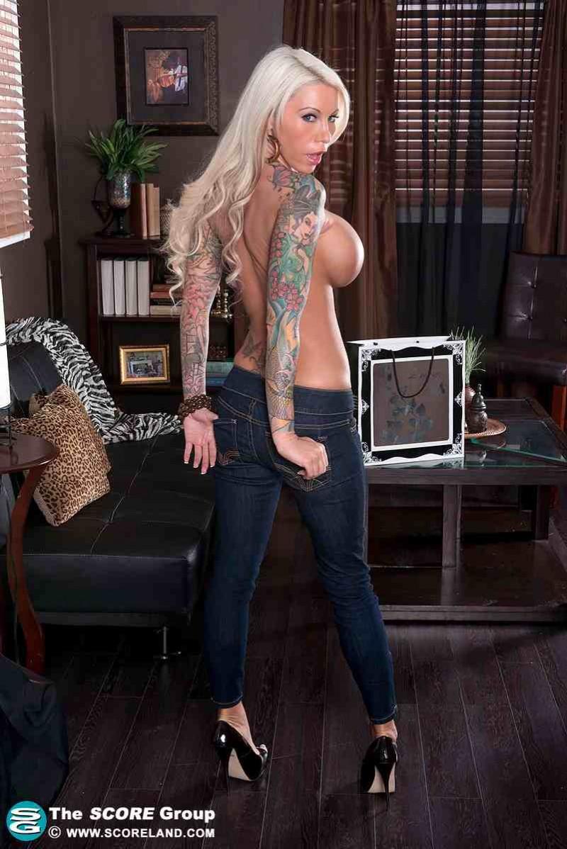 Голая блондинка и её красивая попка