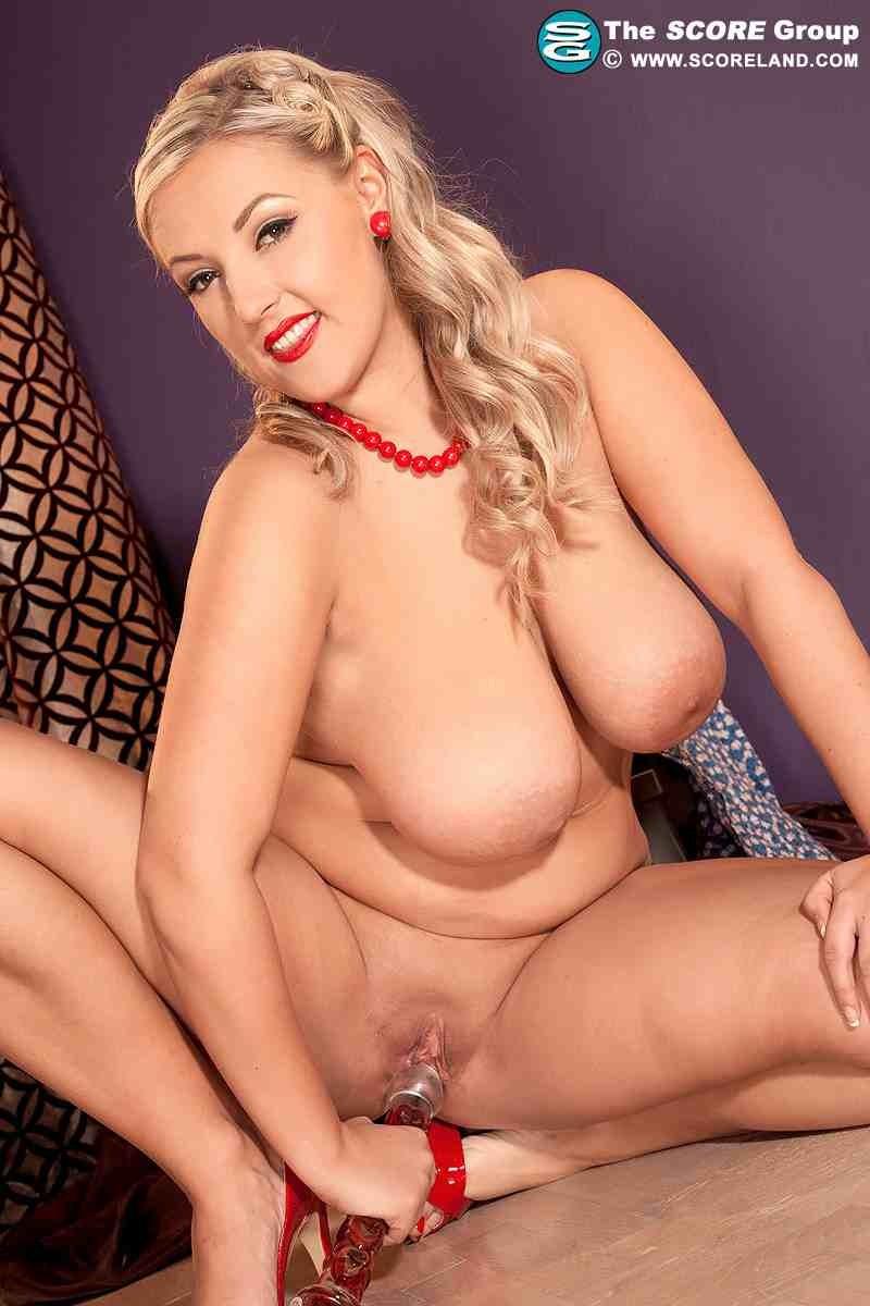 Зрелая голая блондинка