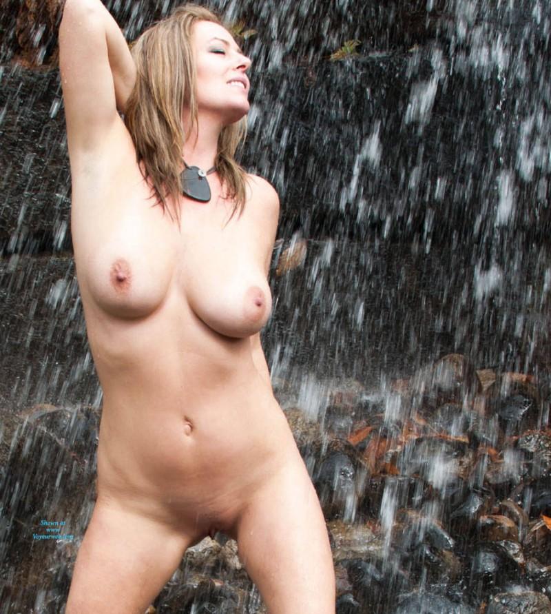 Шикарная грудь голой зрелой дамы