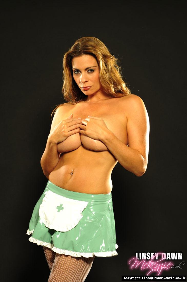 Сексуальная медсестра с огромной грудью