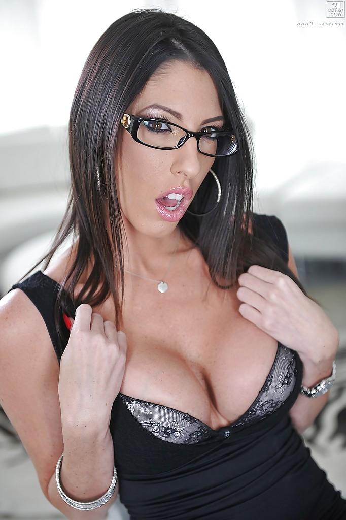 Сексуальная брюнетка в очках показывает волосатую пилотку