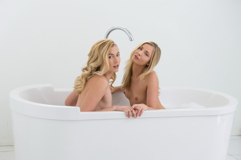 Блондинки-лесбиянки резвятся в душе