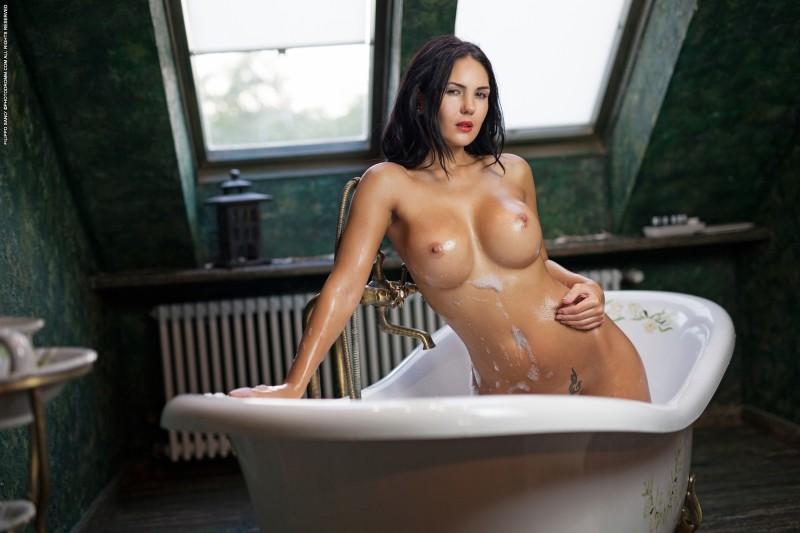 Сексуальная брюнетка в воде и пене