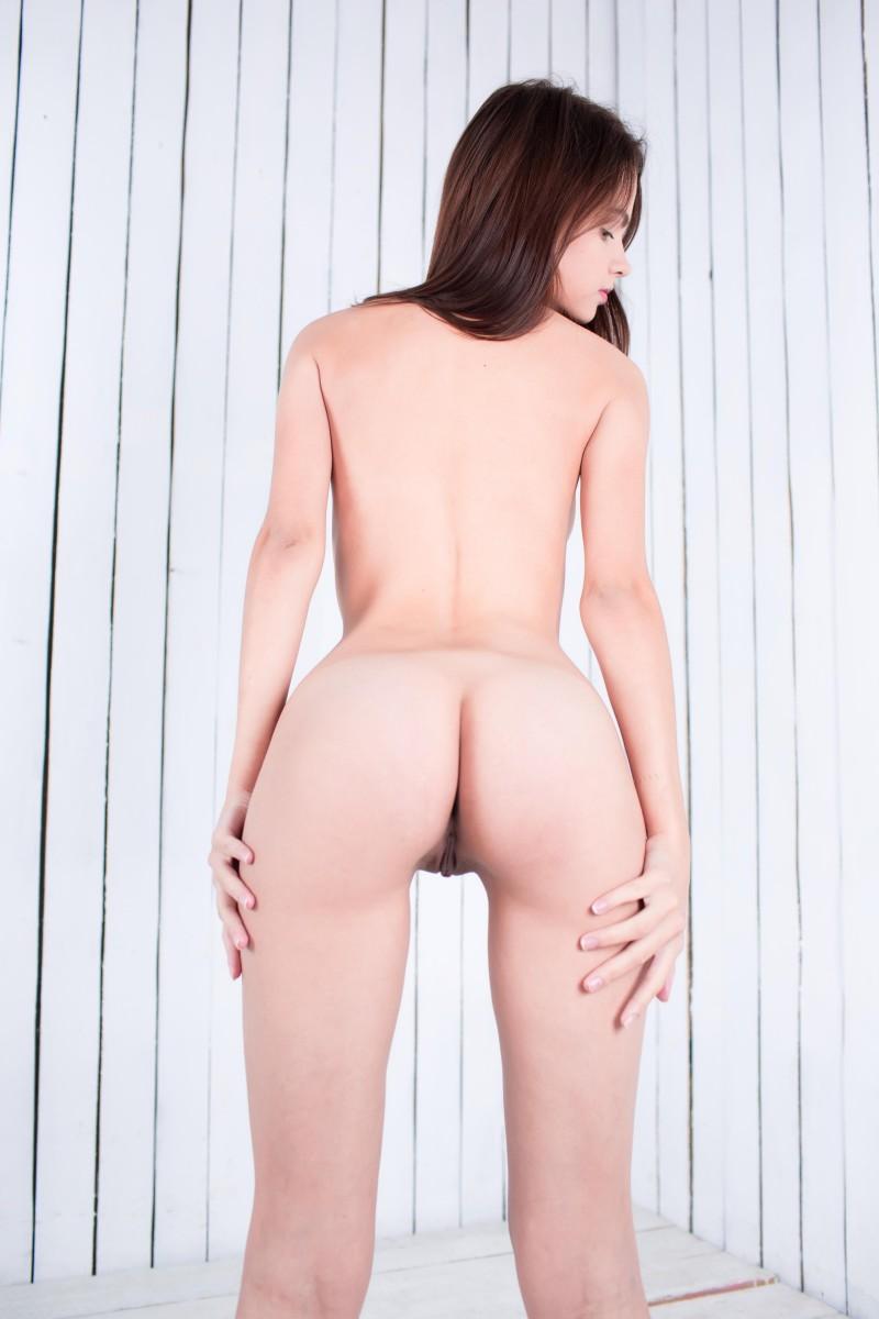 Девушка с бритой писькой