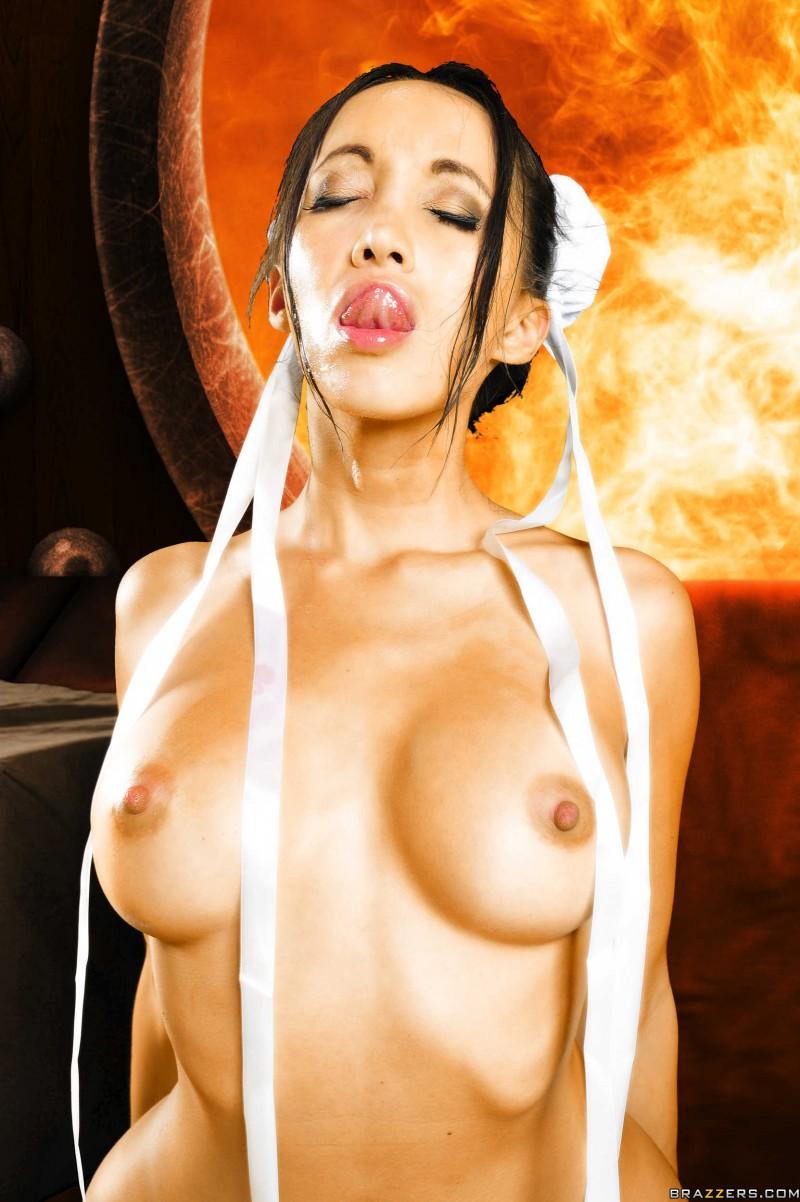Азиатка с красивой попкой и волосами на киске