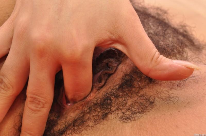 Брюнетка с волосатой пиздой