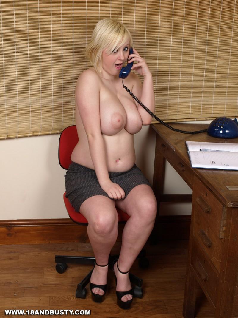 Секс по телефону с сисястой секретуткой