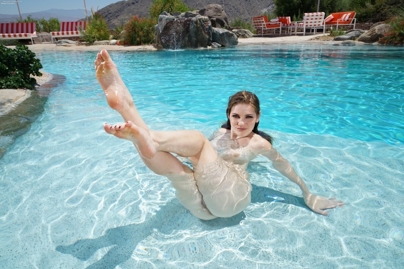 Голая сучка в бассейне