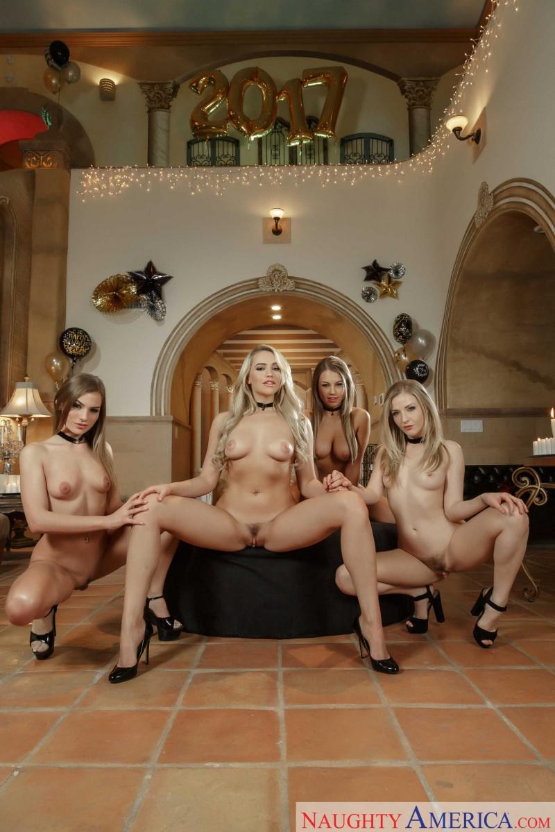 Новогодние голые телочки
