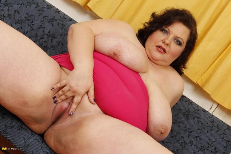 Голая толстушка с сочной пиздой