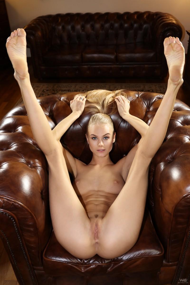 Балерина с бритой писечкой
