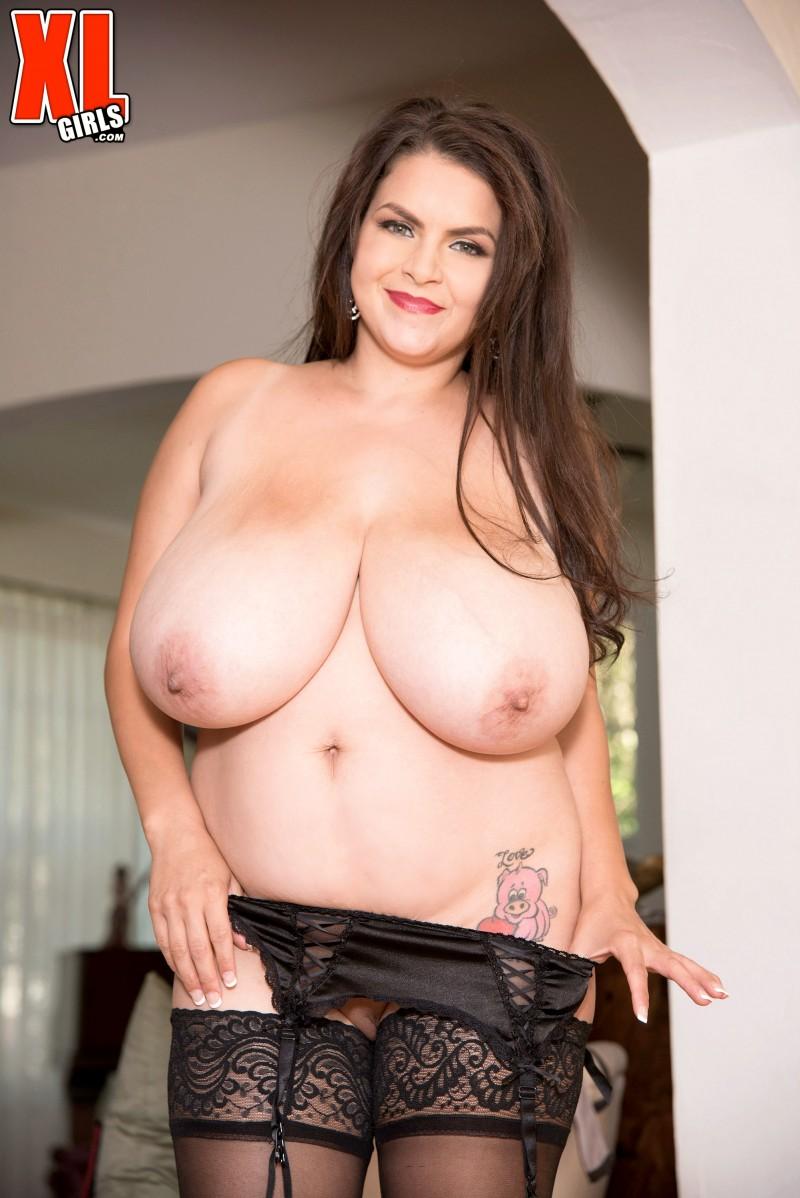 Баба с огромными дойками носит секси чулки
