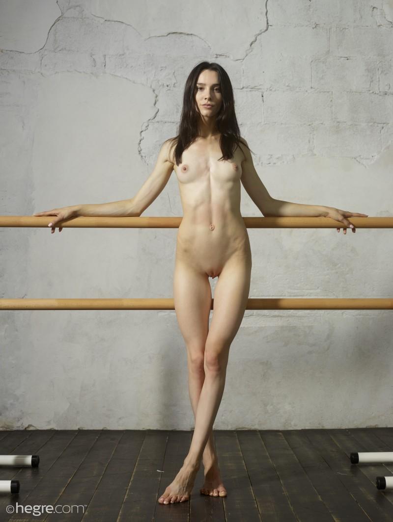 Гимнастка позирует без одежды