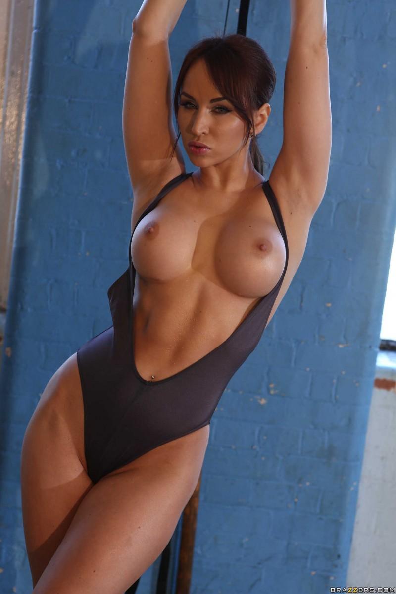 Голая спортсменка на кольцах