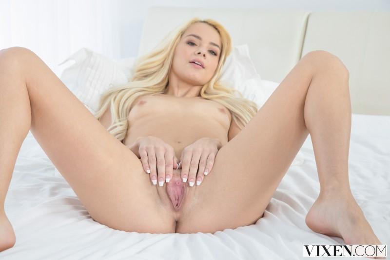 Блонда в коленно-локтевой