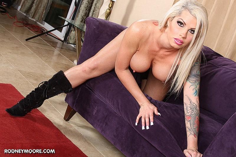 Блондинка-порнстар с обложки журнала